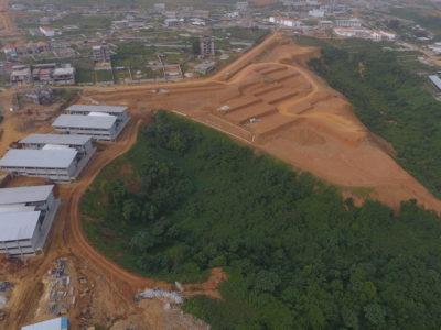 photo aérienne du site et vue sur les 3 premiers bâtiments
